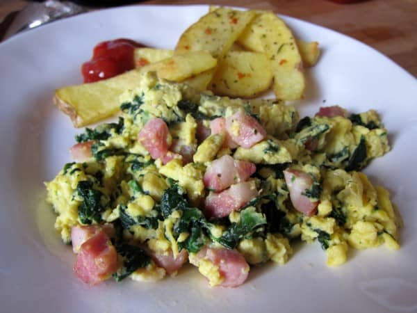 Scrambled eggs with spinach and pancetta