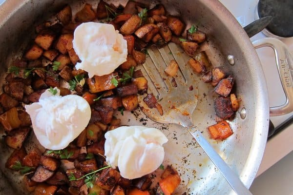 Poached eggs with hash brown potatoes and peppers