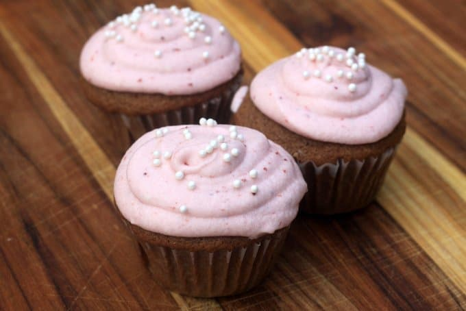 strawberry cupcakes with no food coloring, with white sprinkles